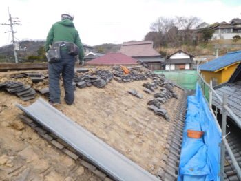 瓦解体作業,葺き土の撤去,瓦シューター
