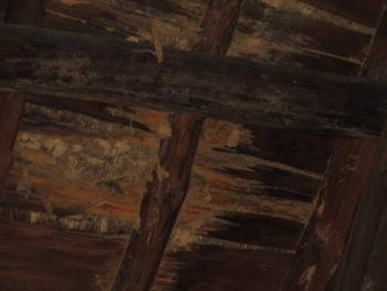 下地板の腐食,天井裏に雨漏り,葺き土が流れて落ちる