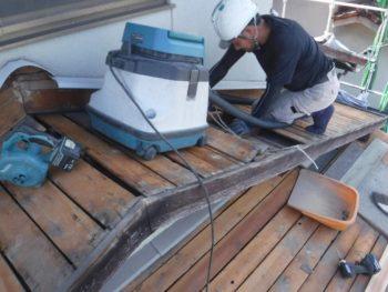 防水シートの撤去,屋根裏の掃除,下地補修