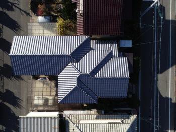 瓦の色の違い,変則的な屋根,三州産釉薬瓦和形(銀鱗色)
