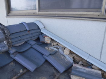 下屋根の解体,漆喰の劣化,瓦の撤去