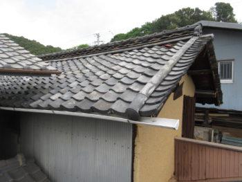 棟漆喰の剥がれ,雨樋の変形,葺き土の流出